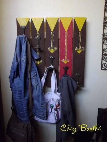 6 id es pour recycler les palettes autour du naturel - Porte manteau palette ...