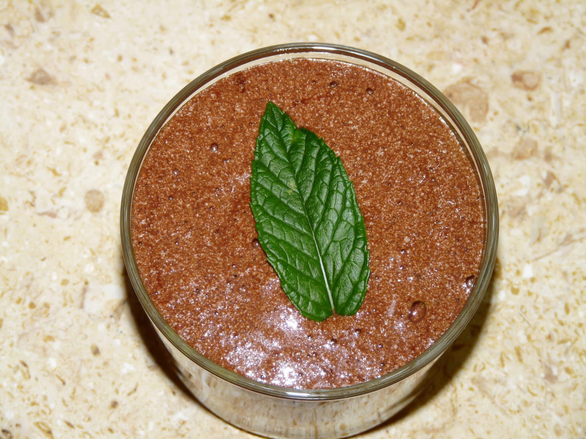 Idée gourmande: mousse au chocolat sur lit de poires caramélisées