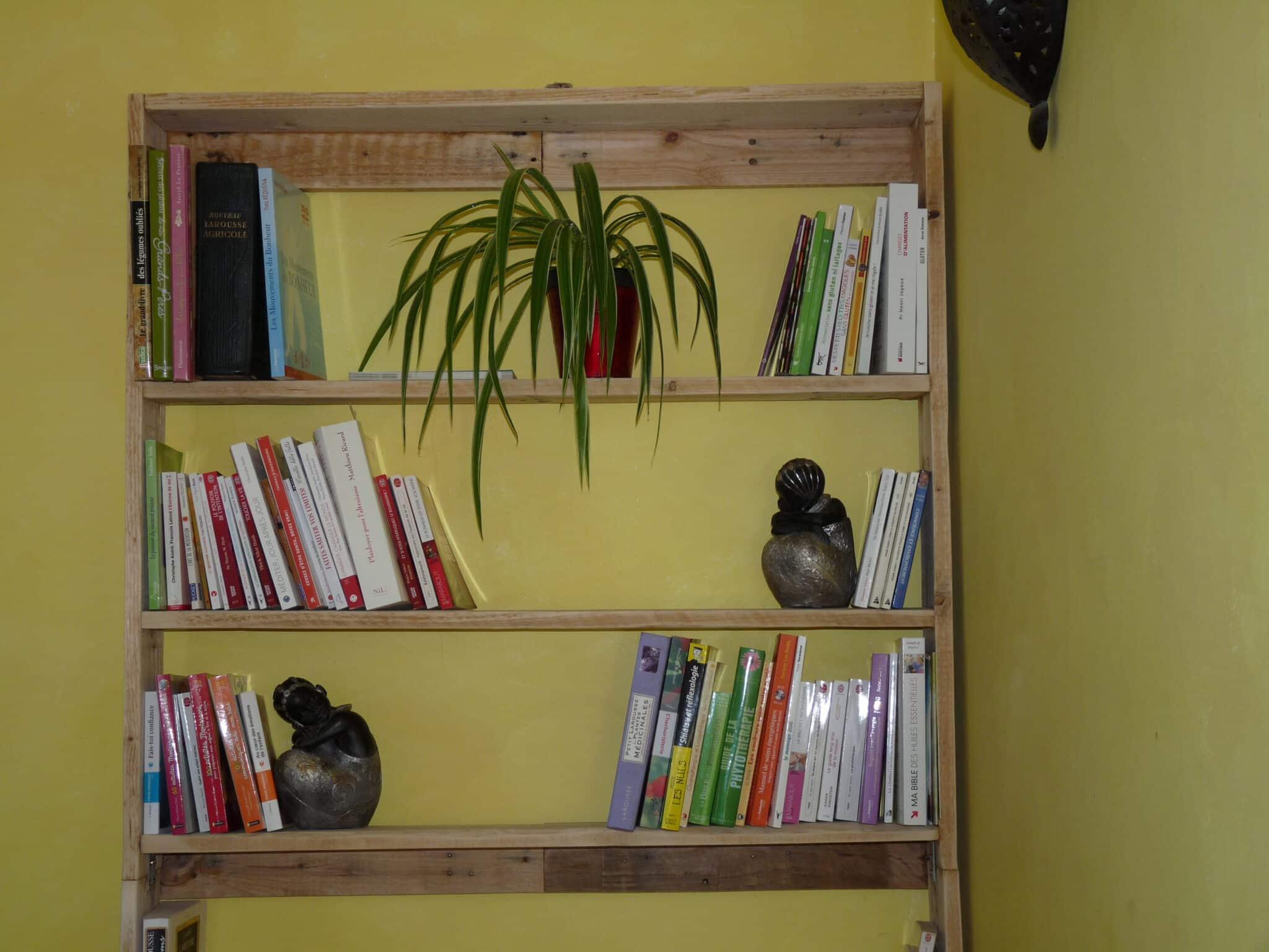 Faire une bibliothèque en palettes recyclées
