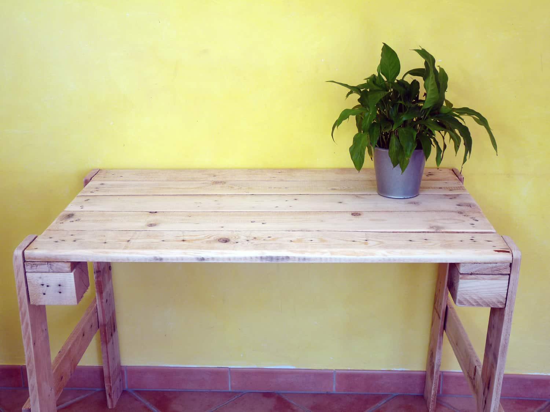Faire une table en palette ou bureau en palette autour - Table en palettes ...