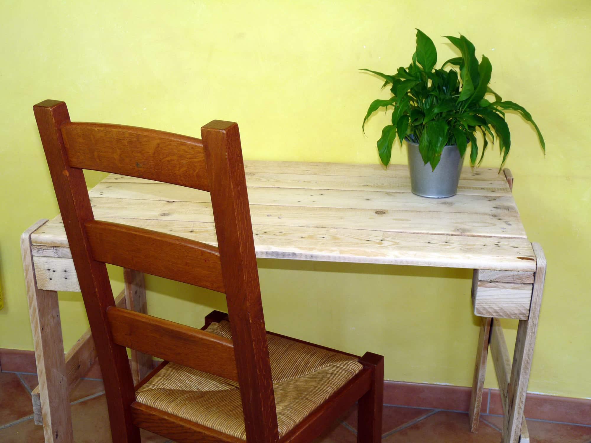 Faire une table en palette ou bureau en palette autour du naturel