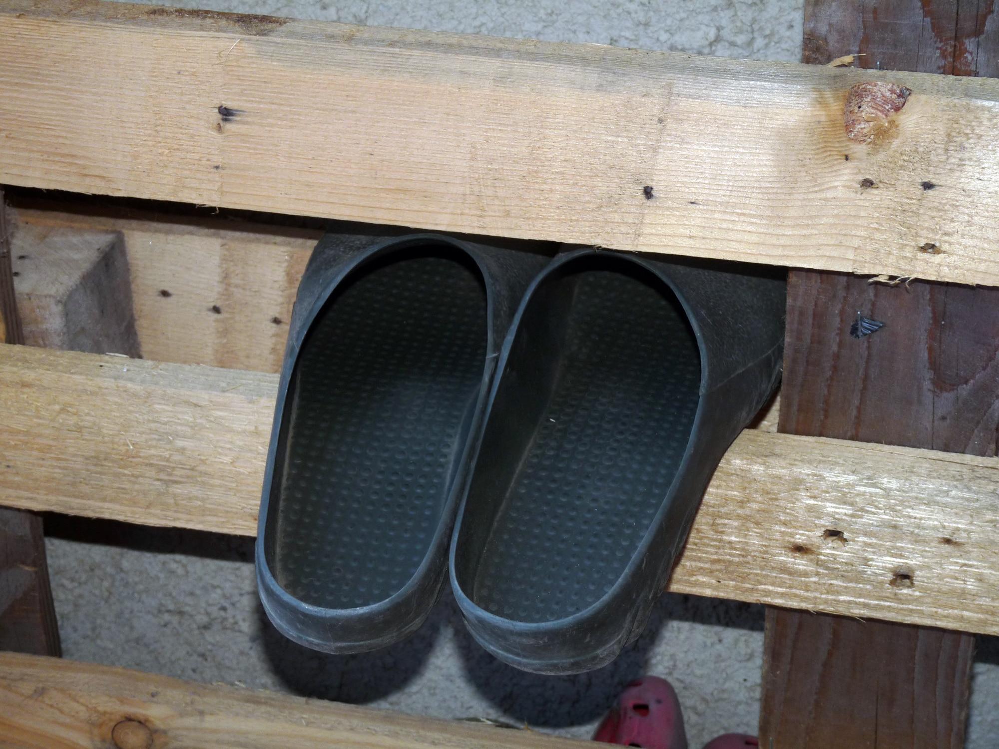 Idée récup pour ranger les chaussures de jardin